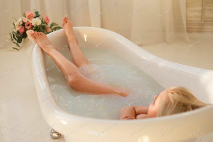 Дівчина приймає ванну